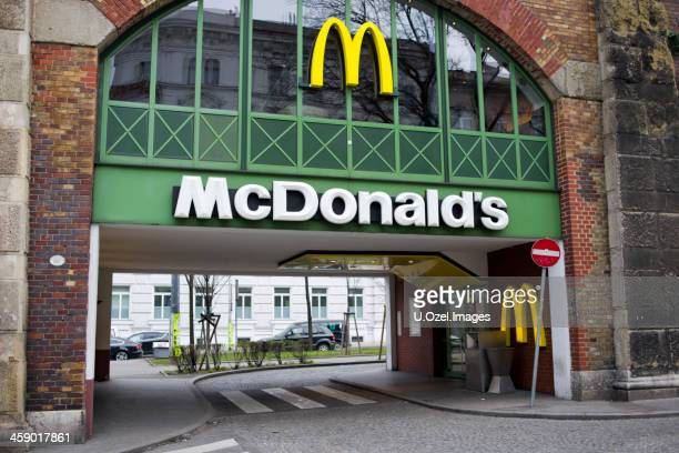 mcdonald's, viena, austria - mcdonalds fotografías e imágenes de stock