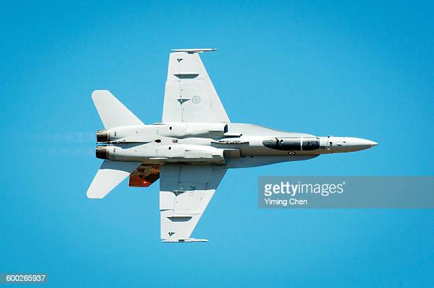 mcdonnell douglas cf-18 hornet - avion de chasse photos et images de collection