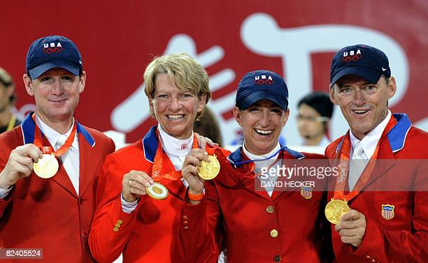 Mclain WardBeezie Madden Laura Kraut und Will Simpson of the US celebrate winning gold on the podium of the Olympic equestrian showjumping Team on...