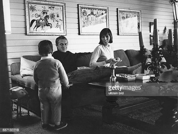 McQueen Steve Schauspieler USA mit Ehefrau Neile Adams und Sohn Chad 1964