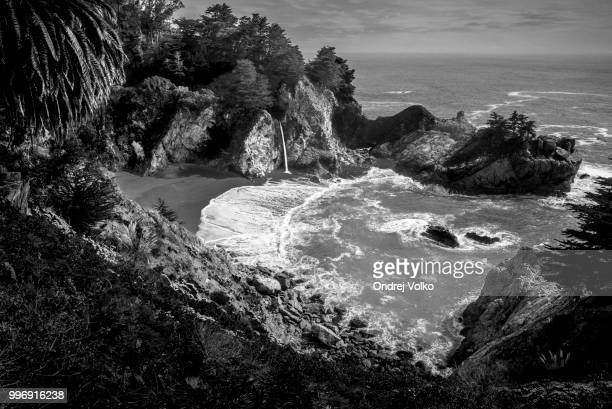 mcway falls in black and white - mcway falls stock pictures, royalty-free photos & images