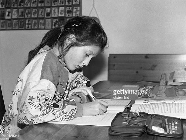 Mädchen bei Hausaufgaben1991
