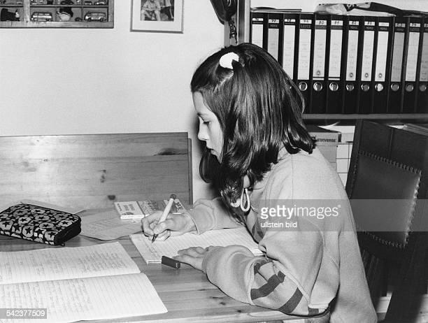 Mädchen bei Hausaufgaben1992