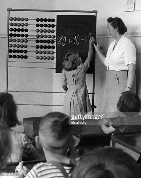 Mädchen einer gemischten Klasse beimRechnen an der Tafel 1951Foto Fritz Eschen