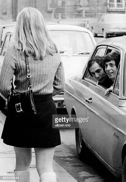 Mädchen im MiniRock wird von jungen Männern aus dem Auto heraus angesprochen1971