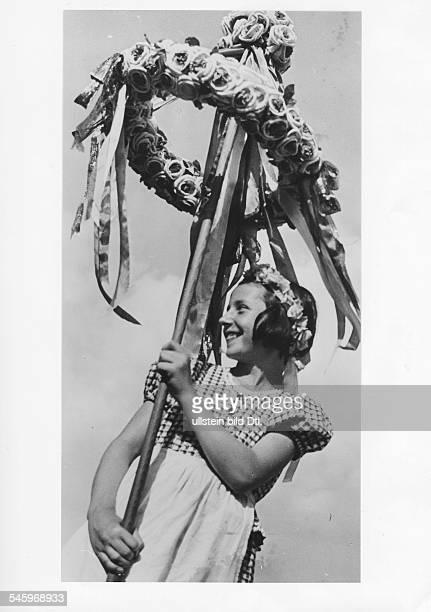 Mädchen mit Erntekrone 1935