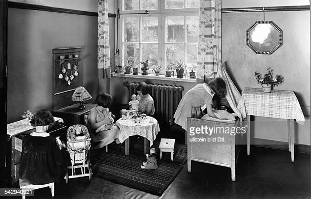 Mädchen spielen mit Puppen imPestalozziFröbelHaus veröffentlicht 1940