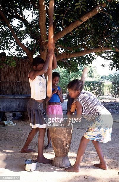 Mädchen stampfen Mais 1998