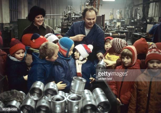 Mädchen und Jungen einer Schulklassen besuchen die Arbeiter im VEB Druckguss und Kolbenwerke Harzgerode aufgenommen im Januar 1986 Bei solchen...