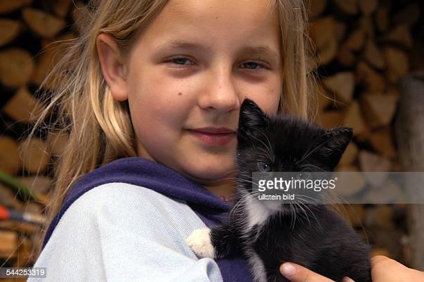 Mädchen und Katze Katzenkind KätzchenKind und Tier Streicheln Zuneigung Vertrauen Model released