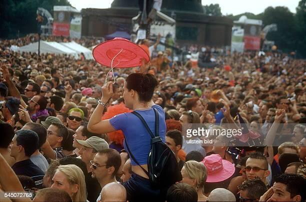 Mädchen wird inmitten der Menge auf den Schultern getragen
