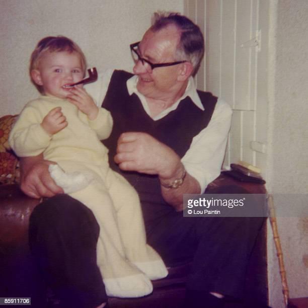 me & grandad - 70 79 jaar stockfoto's en -beelden
