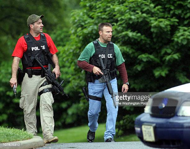 Me_shooting 5/8/06 180232 Chantilly, Va. Post Photos by Rich Lipski Policemen search the area as they walk up the driveway of Westfields Marriott to...