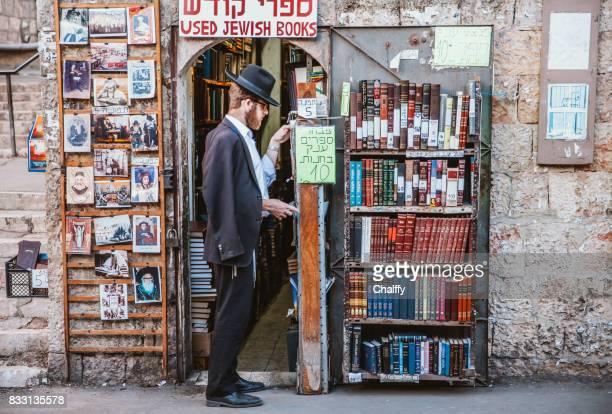 mea shearim neiborhood in jerusalem - jerusalem stock-fotos und bilder