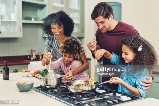 a meal cooked by the whole family tastes better - família imagens e fotografias de stock