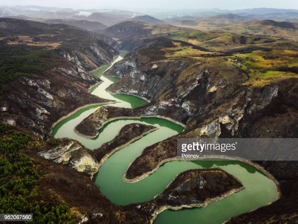 meanders of uvac - servië stockfoto's en -beelden