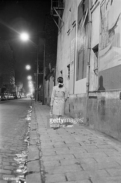 Measures Of Protection Against Attacks En novembre 1966 de nuit bravant le danger d'agression une femme seule marchant la nuit dans une rue de...