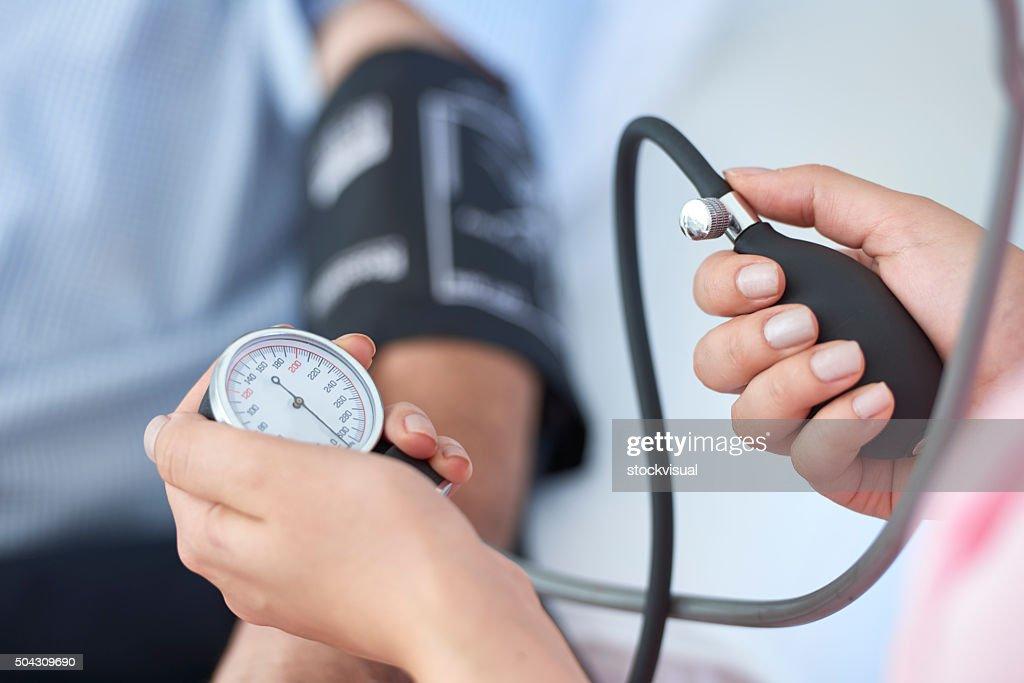Measuring blood pressure : Stockfoto