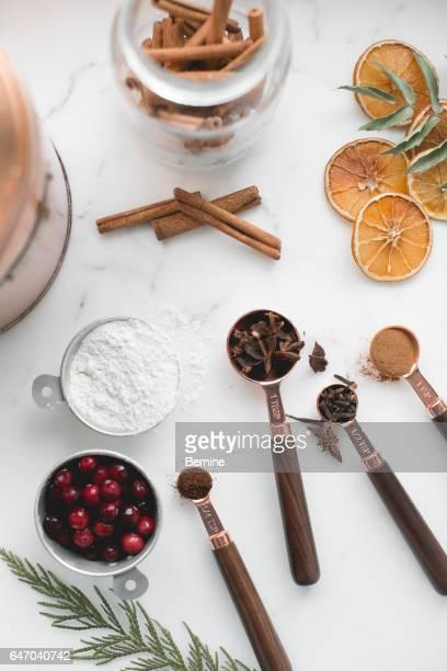 measuring spoons with spices - canelo fotografías e imágenes de stock