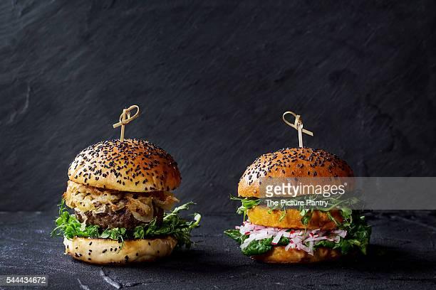 meat and veggie burgers - vegetarisches gericht stock-fotos und bilder
