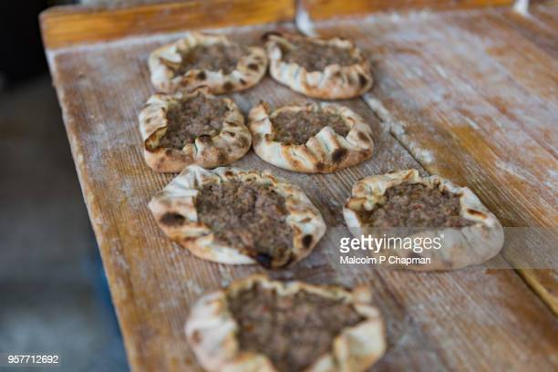 meat filled lebanese flatbreads, freshly made in bakery, beirut, lebanon - libanon stock-fotos und bilder