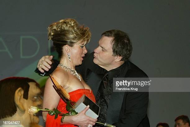 Meat Loaf Küsst Sängerin Deborah Sasson Bei Der Verleihung Des Radio Regenbogen Award 2003 Im Rosengarten In Mannheim