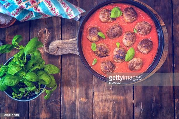 Albóndigas con salsa de tomate en una sartén