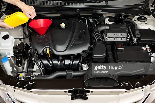 Mécanicien ajouter d'huile moteur