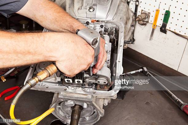 Mechaniker hetzen Übertragung Ventil-Komponenten
