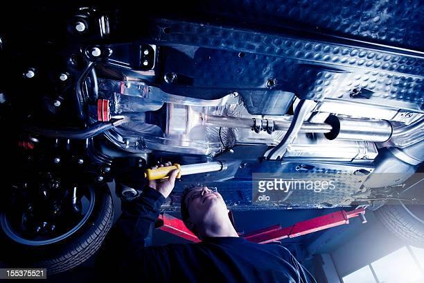 Mechaniker überprüft der Abgasanlage eines modernen Auto