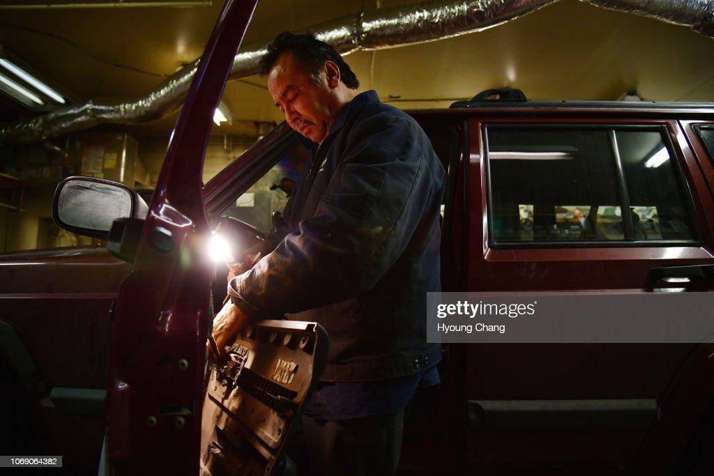 Gary'S Auto Service >> Mechanic Esequiel Saucedo Is Fixing The Door Of The Car At