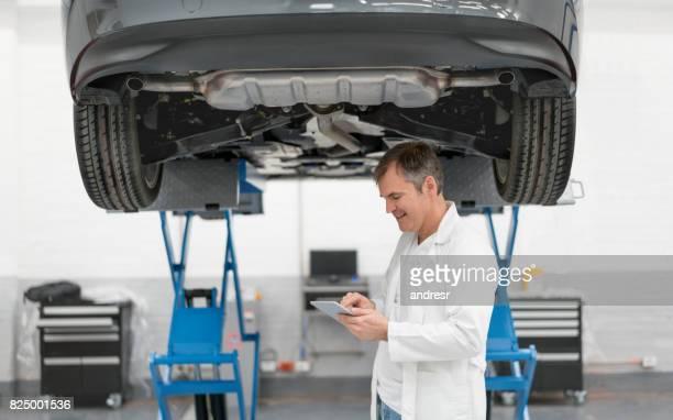整備士の自動車修理店で車を修正