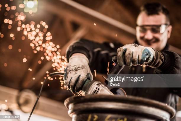 Mechaniker, die eine beschädigte Stahl Schleifscheibe hautnah.