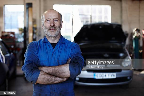 mechanic in workshop - mechanic stock pictures, royalty-free photos & images
