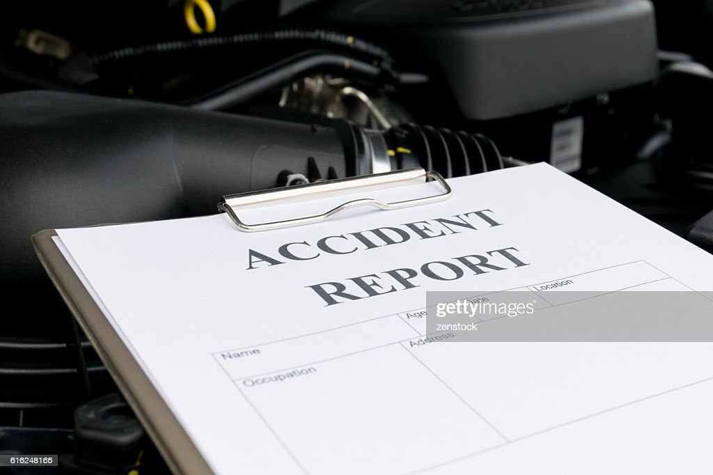 Mechanic Inspecting damage car and filling in accident report fo : Stock Photo