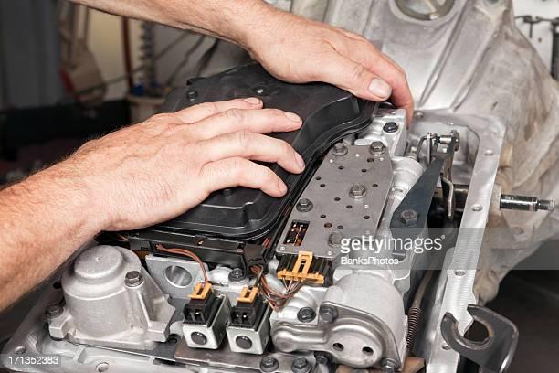 Mechaniker installieren Übertragung Öl filtern