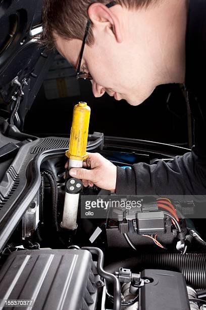 Mécanicien est vérifier le moteur de voiture moderne