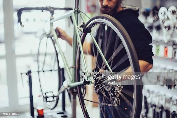 Mechaniker reparieren ein Fahrrad