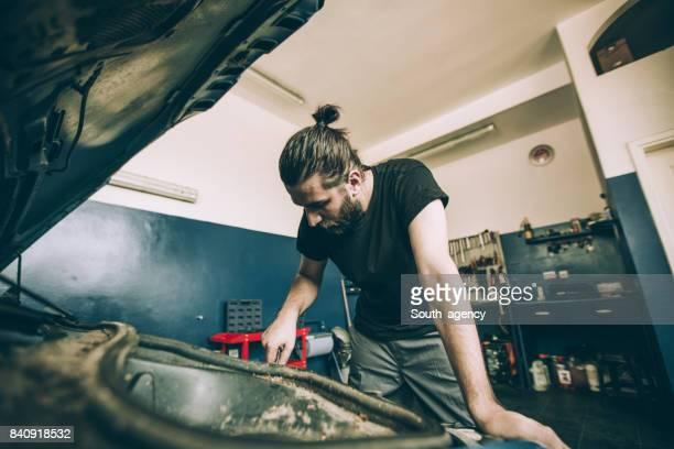 Mechaniker reparieren Auto