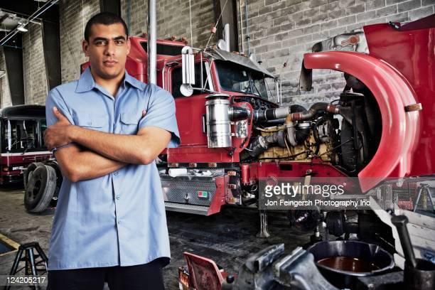 mechanic standing in auto repair shop - potomac maryland - fotografias e filmes do acervo