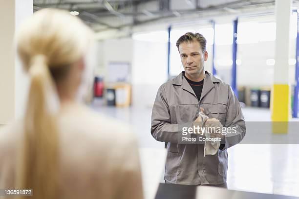 Mécanicien parler au client dans le garage