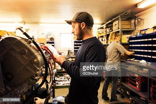Monteur werkt in een garage