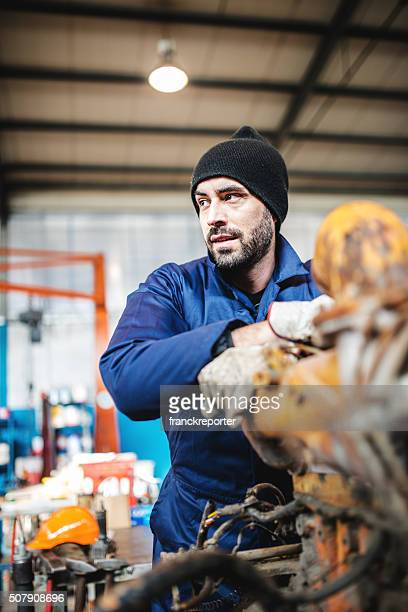 """Mechaniker bei der Arbeit in einem Workshop in einem LKW """" Motor"""""""