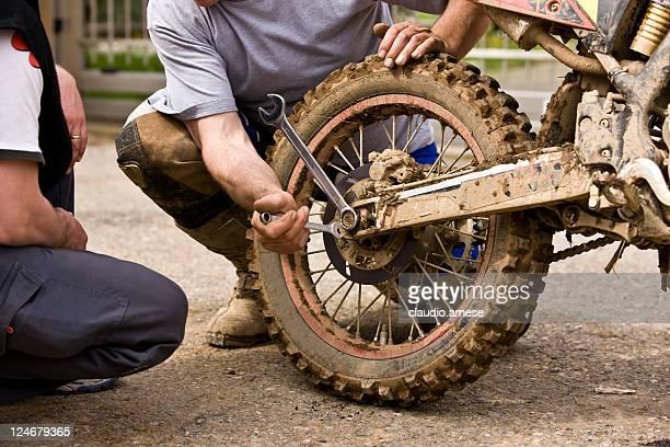 mecânico substitui roda cross bicicleta. imagem a cores - motocross imagens e fotografias de stock