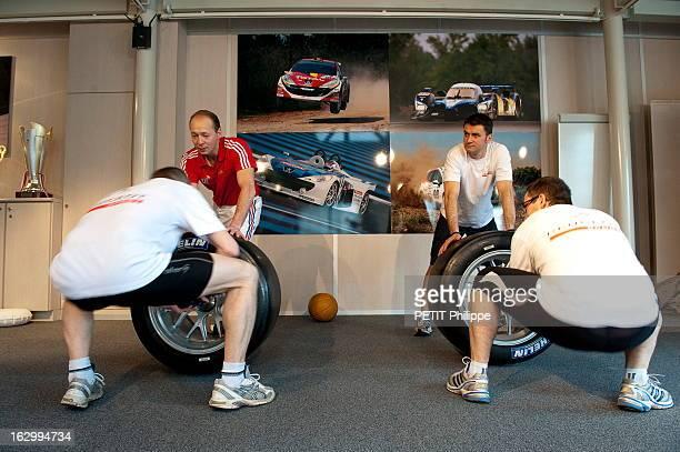 Mechanics Of Peugeot Sport Team Les mécaniciens de l'écurie Peugeot Sport suivent un programme d'entraînement sportif spécifique avec un entraîneur...