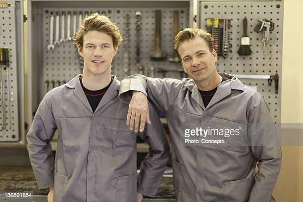 mechanik in der garage stehendes - handwerker stock-fotos und bilder