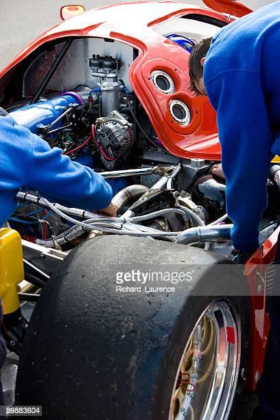 Mécaniciens travaillant sur un Mans une voiture de course.