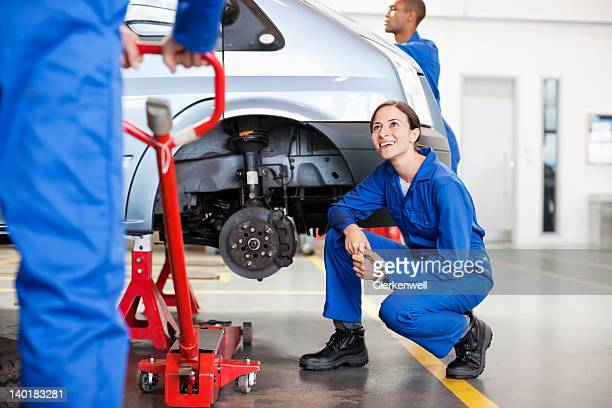 士動作の自動車修理工場