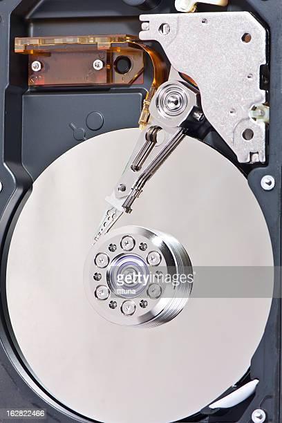 Mecanismo de disco duro, abertura sobre fondo blanco