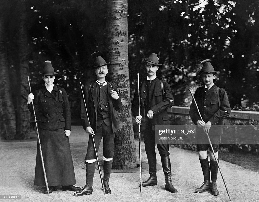 Mecklenburg-Schwerin, Alexandra of - Grand Duchess, Germany*29.09.1882-30.08.1963+Princess of Hanover and Cumberland(from left) with her father, Ernst August (II) of Hanover and the brothers Georg Wilhelm and Ernst August - Published by: 'Berliner Il : News Photo